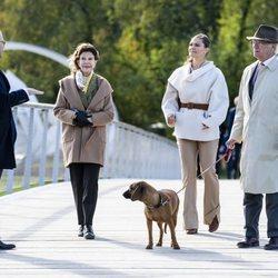Carlos Gustavo y Silvia de Suecia con Victoria y Daniel de Suecia en Djurgården Royal Park