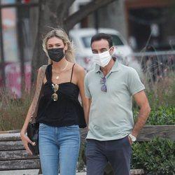 Enrique Ponce y Ana Soria paseando por Nimes