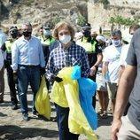La Reina Sofía recogiendo residuos en una playa malagueña