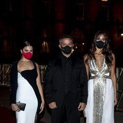 Alejandro Sanz con Rachel Valdés y Manuela Sanz en el Festival de Cine de San Sebastián 2020