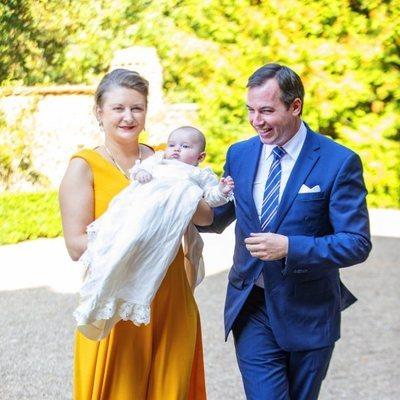 Guillermo y Stéphanie de Luxemburgo con su hijo Carlos de Luxemburgo en su bautizo