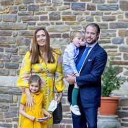 Félix y Claire de Luxemburgo con su hijos Amalia y Liam de Luxemburgo en el bautizo de Carlos de Luxemburgo