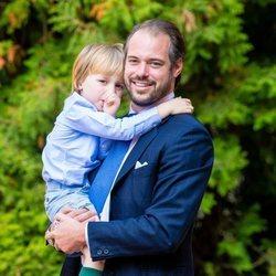 Félix de Luxemburgo y su hijo Liam de Luxemburgo en el bautizo de Carlos de Luxemburgo