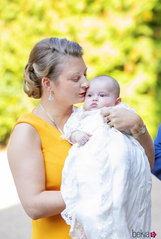 Stéphanie de Luxemburgo besa a su hijo Carlos de Luxemburgo en su bautizo