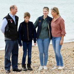 Los Condes de Wessex y sus hijos en Great British Beach Cleans en Southsea