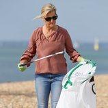 La Condesa de Wessex recogiendo basura en la playa