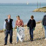 Los Condes de Wessex y sus hijos Lady Louise y James Mountbatten recogiendo basura en la playa