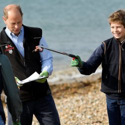 James Mountbatten-Windsor bromea con su hermana Lady Louise durante una recogida de basura en la playa