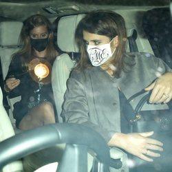 Eugenia y Beatriz de York se montan en un coche después de salir de fiesta por Londres
