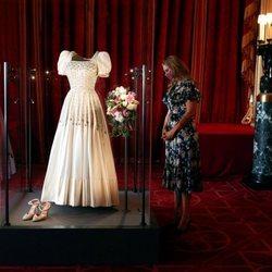 La Princesa Beatriz de York contempla su vestido de novia en el Castillo de Windsor