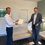 Joaquín de Dinamarca recibe su ascenso a general de brigada de manos del embajador de Dinamarca en Francia