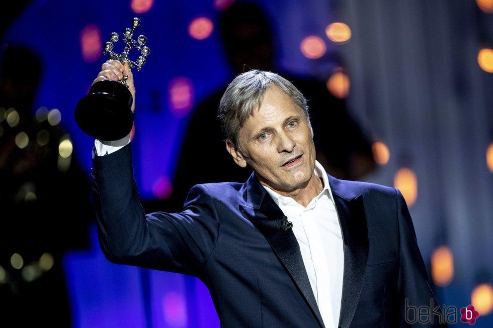 Viggo Mortensen con su Premio Donostia en el Festival de Cine de San Sebastián 2020