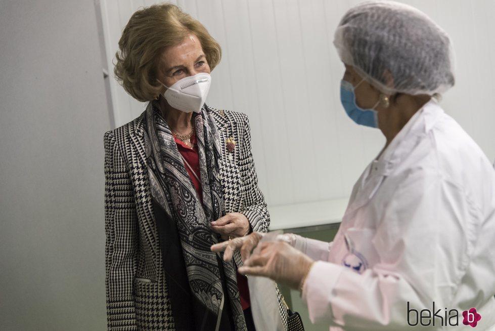 La Reina Sofía habla con una trabajadora del Banco de Alimentos de Albacete