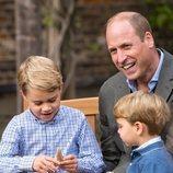 El Príncipe Guillermo, el Príncipe Jorge y el Príncipe Luis con un fósil regalado por David Attenborough