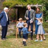 El Príncipe Guillermo y Kate Middleton y sus hijos Jorge, Carlota y Luis con David Attenborough