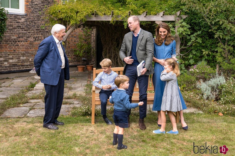 El Príncipe Guillermo y Kate Middleton y sus hijos Jorge, Carlota y Luis con David Attenborough