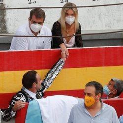 Enrique Ponce dando la mano a Ana Soria en la plaza de toros de Granada