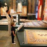 Victoria de Suecia con sus hijos Estela y Oscar de Suecia en una exposición de alfombras
