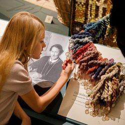 Estela de Suecia en una exposición de alfombras en el Palacio Real de Estocolmo