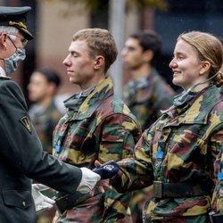 Felipe de Bélgica entrega la boina azul a su hija Isabel de Bélgica en su instrucción militar