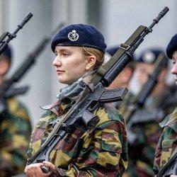 Isabel de Bélgica con un arma en su instrucción militar