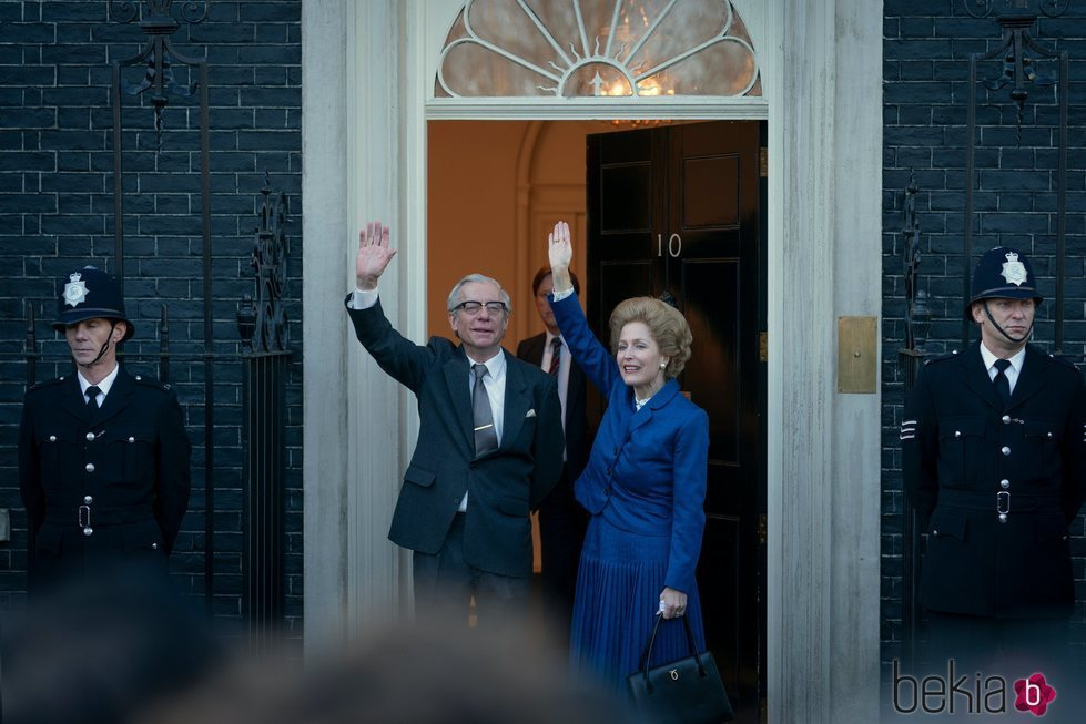 Gillian Anderson como Margaret Thatcher entrando en Downing Street en la cuarta temporada de 'The Crown'