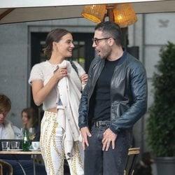 Miguel Ángel Silvestre paseando con una chica por Madrid