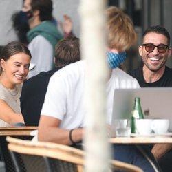 Miguel Ángel Silvestre tomando algo con unos amigos en Madrid
