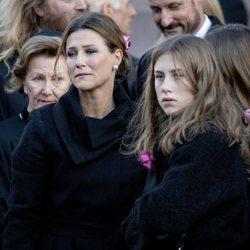 Sonia de Noruega, Marta Luisa de Noruega y Leah Behn en el funeral de Ari Behn