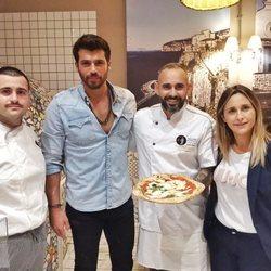 Can Yaman revoluciona una pizzería de Milán
