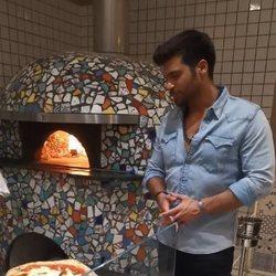 Can Yaman en una pizzería en Milán