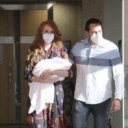 María Castro saliendo del hospital junto a su marido y su hija después de haber dado a luz