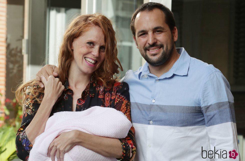 María Castro presenta a su hija Olivia en su salida del hospital