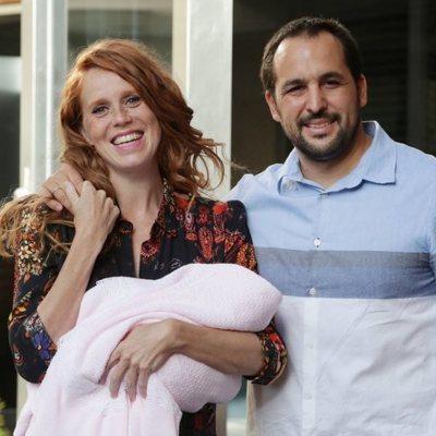 María Castro presenta a su segunda hija junto a su marido
