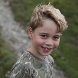 El Príncipe Jorge muy sonriente en el campo