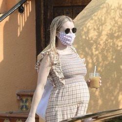 Emma Roberts paseando embarazo por Los Ángeles