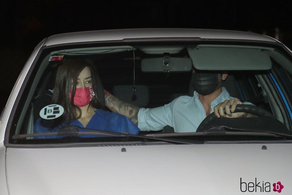 Rodri Fuertes llevando a casa a Adara tras salir del hospital