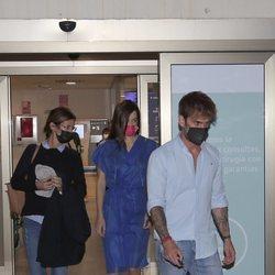 Adara saliendo del hospital junto a su madre Elena y su novio Rodri Fuertes