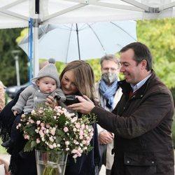 Guillermo y Stéphanie de Luxemburgo con su hijo Carlos de Luxemburgo en el bautizo de la rosa Príncipe Carlos de Luxemburgo