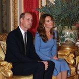 El Príncipe Guillermo y Kate Middleton en el primer acto en Buckingham Palace desde el comienzo de la pandemia