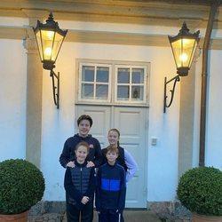 Christian, Isabel, Vicente y Josefina de Dinamarca con ropa deportiva
