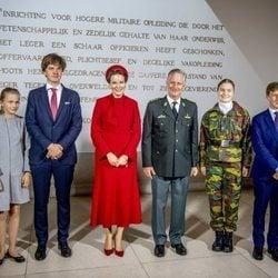 Felipe y Matilde de Bélgica con sus hijos Isabel, Gabriel, Emmanuel y Leonor de Bélgica en la apertura del curso de la Real Academia Militar de Bruselas