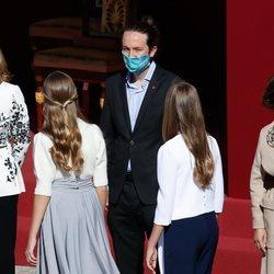 La Princesa Leonor y la Infanta Sofía saludan a Pablo Iglesias en el Día de la Hispanidad 2020