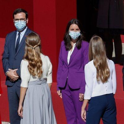 La Princesa Leonor y la Infanta Sofía saludan a Alberto Garzón e Irene Montero en el Día de la Hispanidad 2020