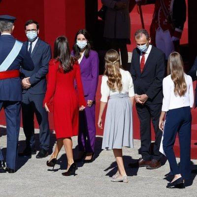 Los Reyes Felipe y Letizia y sus hijas Leonor y Sofía saludan a Salvador Illa, Pedro Duque, Irene Montero y Alberto Garzón en el Día de la Hispanidad 2020