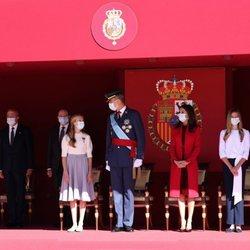 El Rey Felipe habla con la Princesa Leonor en presencia de la Reina Letizia y la Infanta Sofía en el Día de la Hispanidad 2020