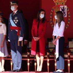 La Reina Letizia habla con la Infanta Sofía en presencia del Rey Felipe y la Princesa Leonor en el Día de la Hispanidad 2020