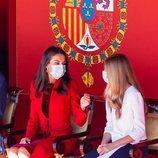 La Reina Letizia y la Infanta Sofía hablando en el Día de la Hispanidad 2020