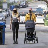 Joe Jonas y Sophie Turner paseando a su hija Willa