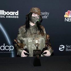 Billie Eilish con sus premios obtenidos en los Billboard Music Awards 2020